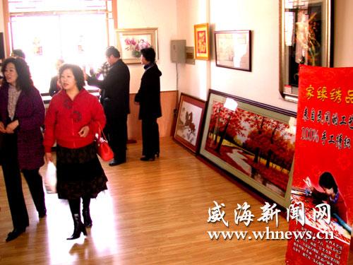 """3月16日,""""女人绣·威海十字绣作品展""""在长生岛古玩城逸云高清图片"""